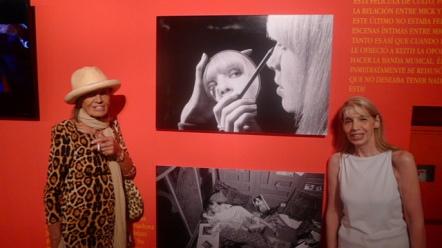 Anita y Silvia Cooper, esposda de Adam, en la muestra en el Konex